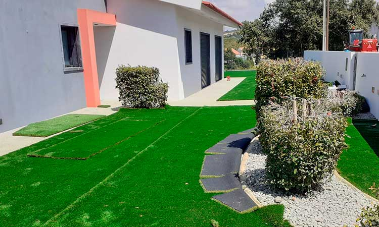 Artificial turf instalation for round edges