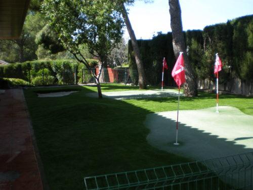 Green de golf de césped artificial en una casa particular de Madrid