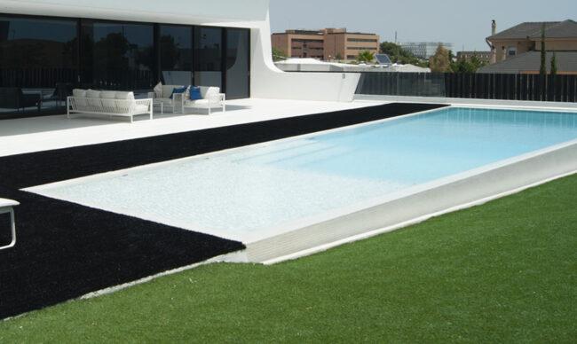 piscina césped negro