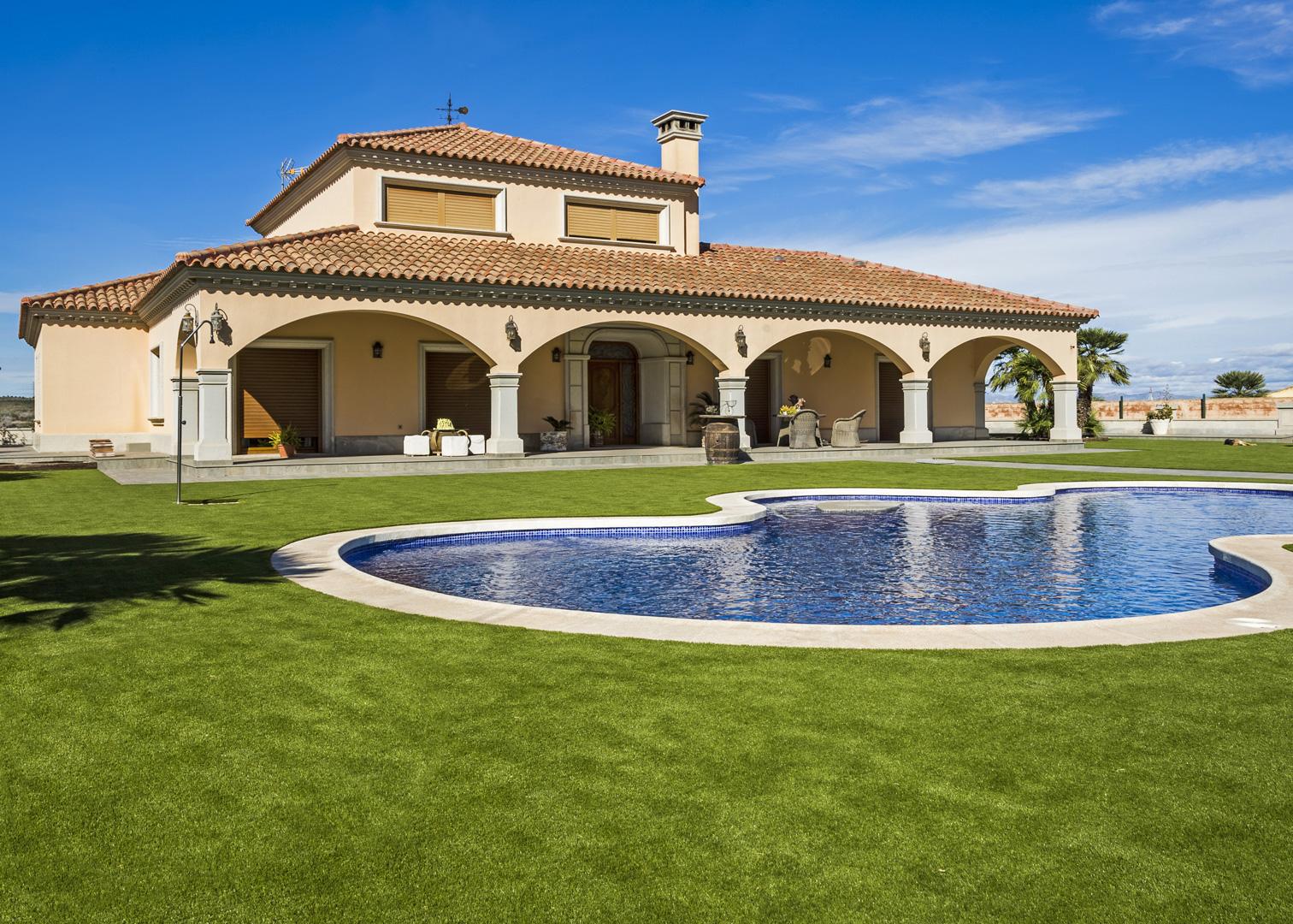 Césped artificial jardín con piscina San Miguel de Salinas 2