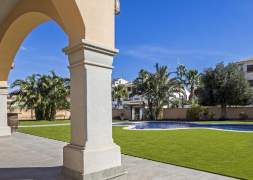 Césped artificial jardín con piscina San Miguel de Salinas 5