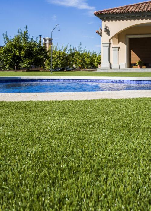 Césped artificial jardín con piscina San Miguel de Salinas 8