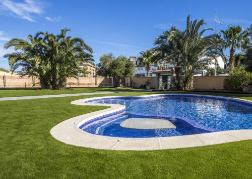 Césped artificial jardín con piscina San Miguel de Salinas 10
