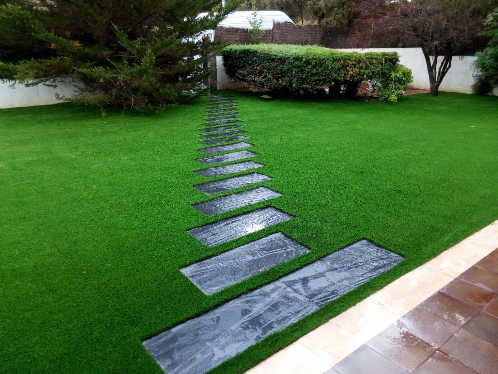 decoración pasto artificial y vegetación natural