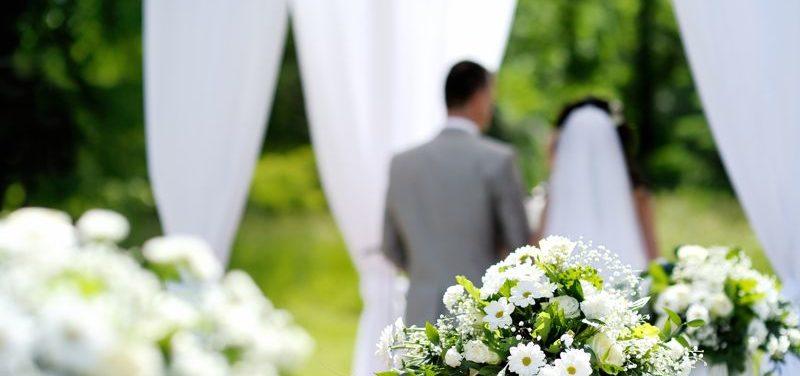 Una boda de ensueño en un jardín con césped artificial