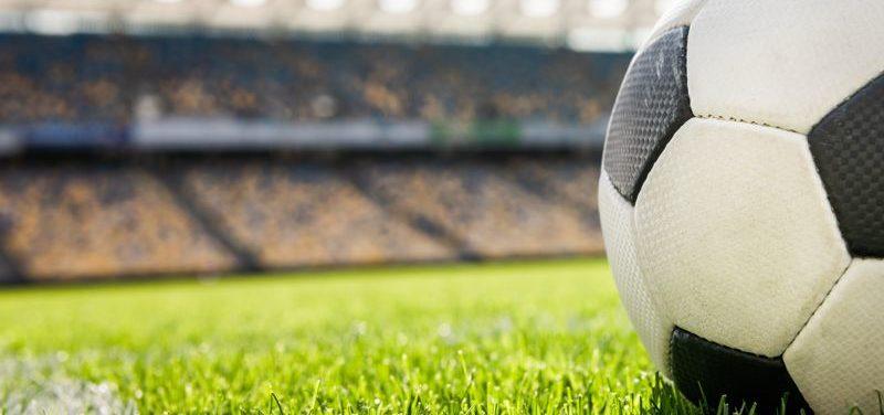 ¿Por qué no es recomendable un césped artificial de segunda mano para campos de fútbol?