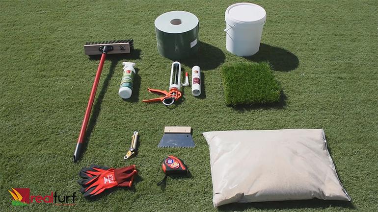 Herramientas y materiales necesarios para instalar césped artificial sobre baldosa