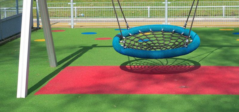 Parques infantiles seguros con césped artificial de colores