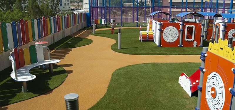 Césped artificial de colores: la solución más práctica para las zonas infantiles
