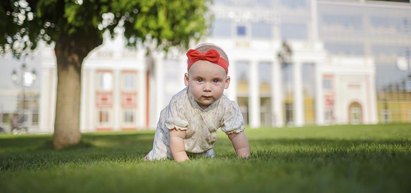 Bebés y césped artificial, ¿Buena combinación?