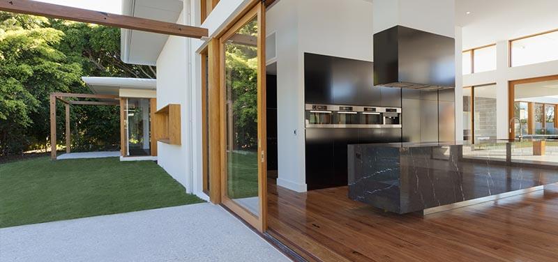 Decorar patios interiores con césped artificial