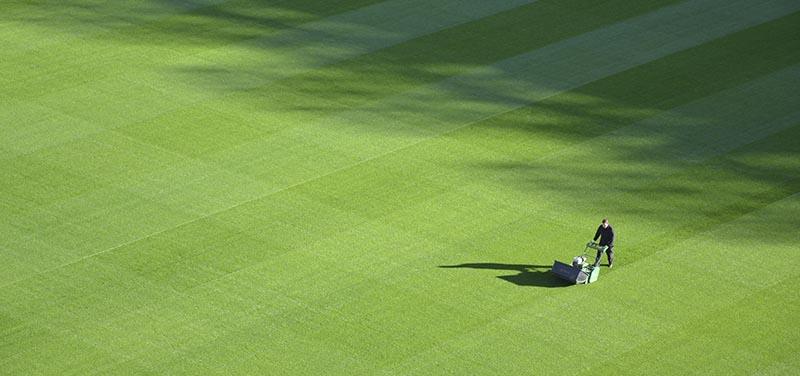 Cómo limpiar el césped artificial de un campo de fútbol