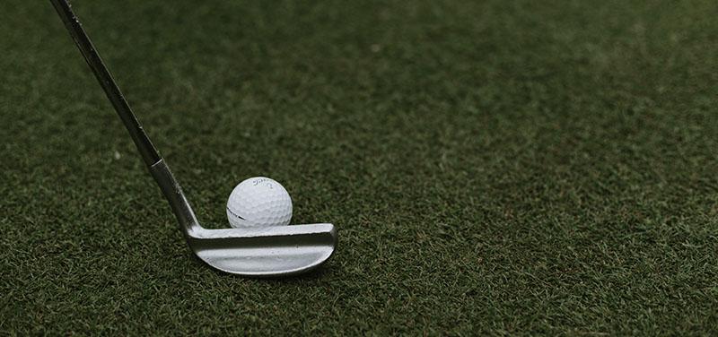 ¿Cómo debe ser el césped artificial para campos de golf?