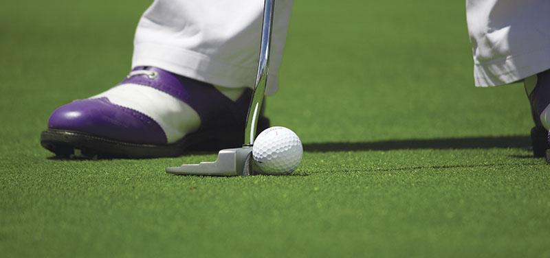 ¿Cómo debe ser una instalación de césped artificial para campos de golf?