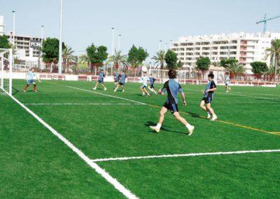 Detalle de campo de fútbol con césped artificial en Alicante