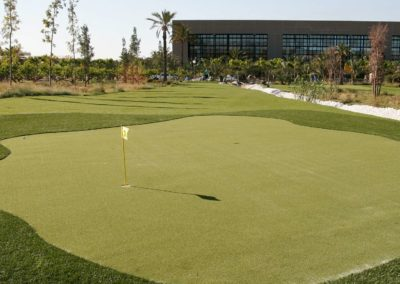 Detalle de green en campo de golf con césped artificial (Alicante)