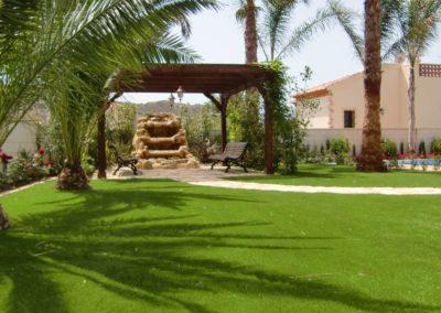 Césped artificial en jardín de Alicante