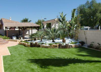 Jardín con césped artificial en Alicante