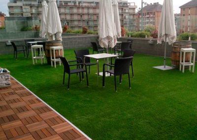 Césped artificial en terraza de una localidad asturiana