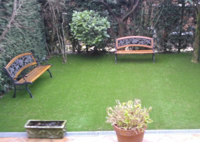 Jardín con césped artificial en Asturias