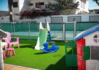 Zona infantil con césped artificial en Cádiz