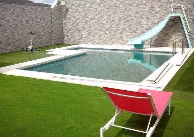 Jardín con piscina y césped artificial en Cádiz