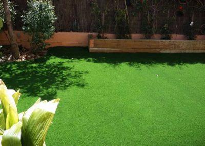 Jardín con césped artificial en Cádiz