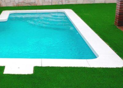 Jardín particular con piscina y césped artificial en Cádiz