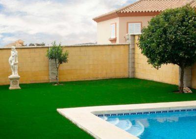 Césped artificial junto a piscina en Cádiz