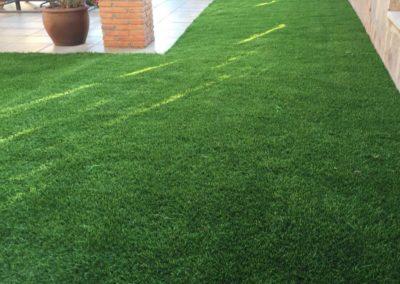 Detalle de instalación de césped artificial en jardín (Castellón)