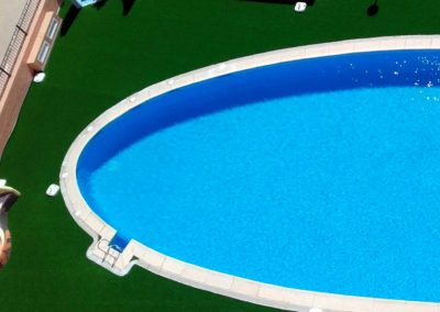 Césped artificial piscina