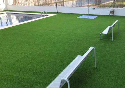 Instalación de césped artificial en piscina pública de Castellón