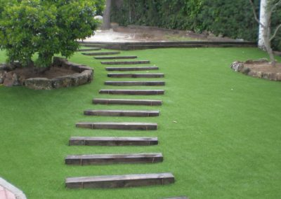 Césped artificial en jardín de Madrid