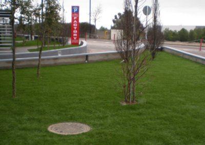 Zona urbana junto a carretera de Madrid con césped artificial