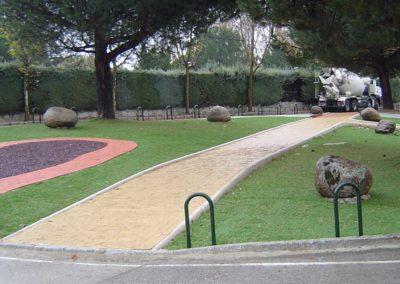 Césped artificial en zona urbana exterior de Madrid