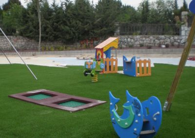 Zona infantil en Madrid con césped artificial
