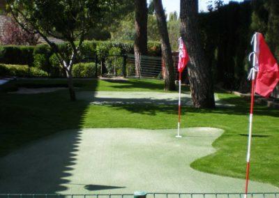 Césped artificial en campo de golf