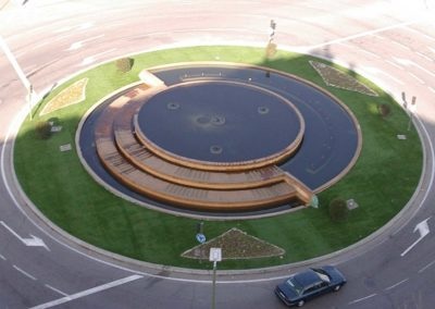 Césped artificial en rotonda de Madrid