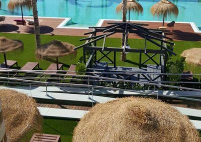 Instalación de césped artificial junto a piscina en Málaga