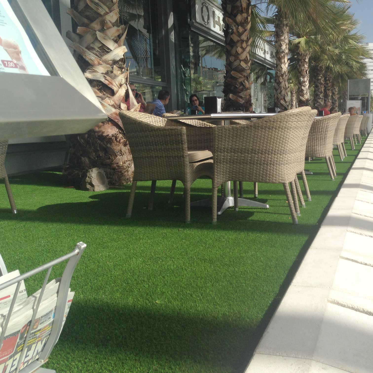 Cesped artificial en terraza perfect decorar con csped - Cesped artificial en malaga ...