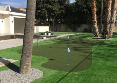 Césped artificial en zona habilitada para golf en Málaga