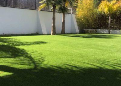Jardín con césped artificial en Málaga