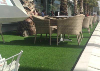 Terraza con césped artificial en Málaga