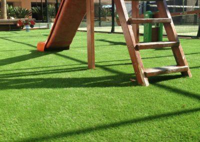 Zona infantil con césped artificial en Málaga