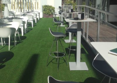 Terraza exterior con instalación de césped artificial en Málaga
