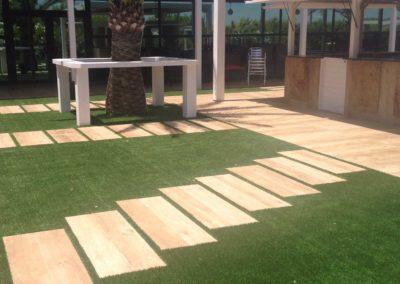 Jardín de Murcia con césped artificial junto a zona de paso