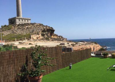 Césped artificial en jardín junto al mar en la zona de Murcia