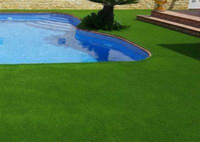 Césped artificial junto a piscina en jardín particular de Murcia