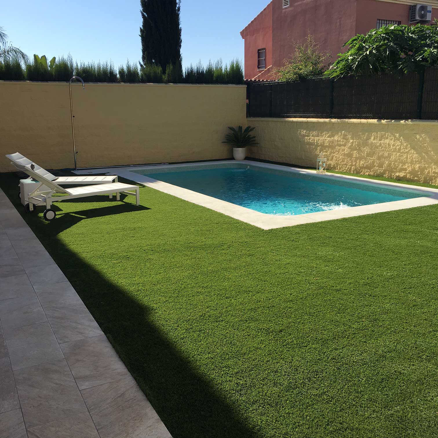 Jardin con cesped artificial cool jardn de csped - Jardin con cesped ...