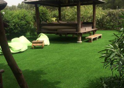 Colocación de césped artificial en zona de relax exterior